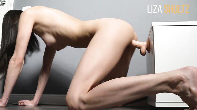 Худая милашка Лиза Шульц и ее твердый длинный фаллоимитатор