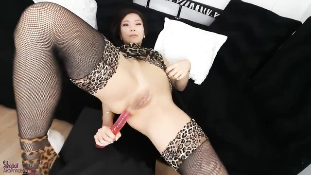 Молодая азиатка заталкивает в задницу длиннющий член