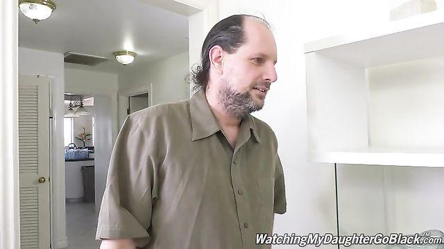 Здоровенный темнокожий амбал трахает молоденькую рыжую сучку