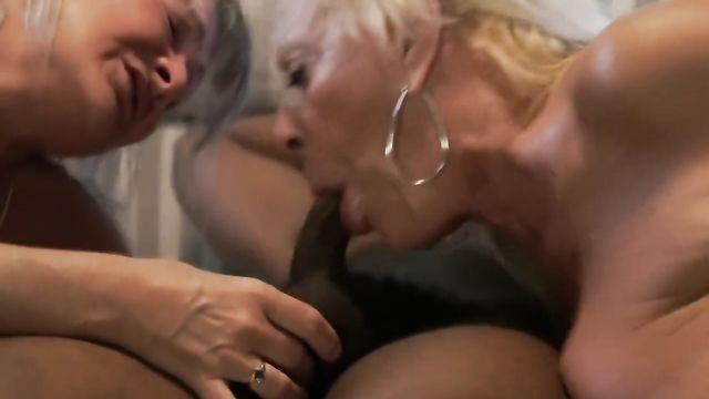 2 зрелых старушки оттянулись по полной с большим черным членом
