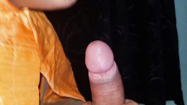 Кавказская сучка жадно сосет член, дрочит парню и кушает сперму
