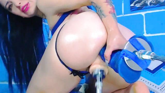 2 секс машины большими членами долбят во все дыры брюнетку