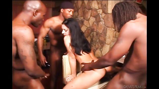 2 порно ролика: Брюнетку дерут во все щели большие члены