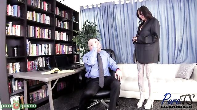 Старый лысый босс вызвал на ковер молодую сотрудницу Gia Cruz