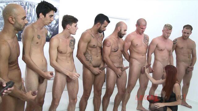 Групповое порно: Рыжая отдалась на растерзание 10 мужикам!