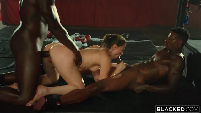 Межрассовое порно: Большая схватка с Tori Black, Jason Luv & Louie Smalls