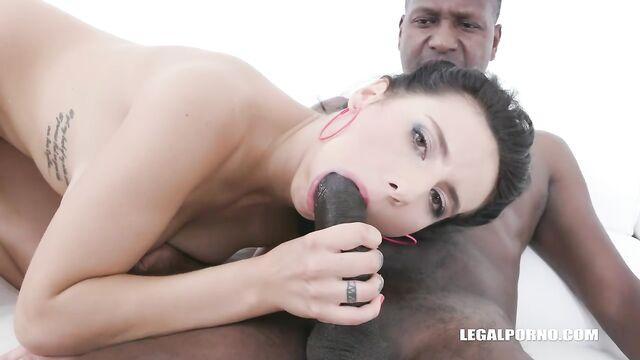 Секс с большим черным членом и кулаком в заднице