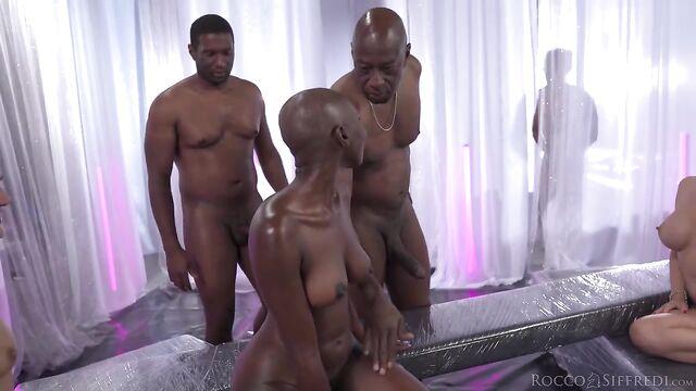 Межрассовое групповое порно: Темнокожие амбалы, негритоска и 2 белые девушки