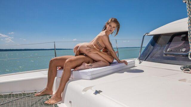 Анальный секс нежной худышки с большим членом миллионера в море на яхте